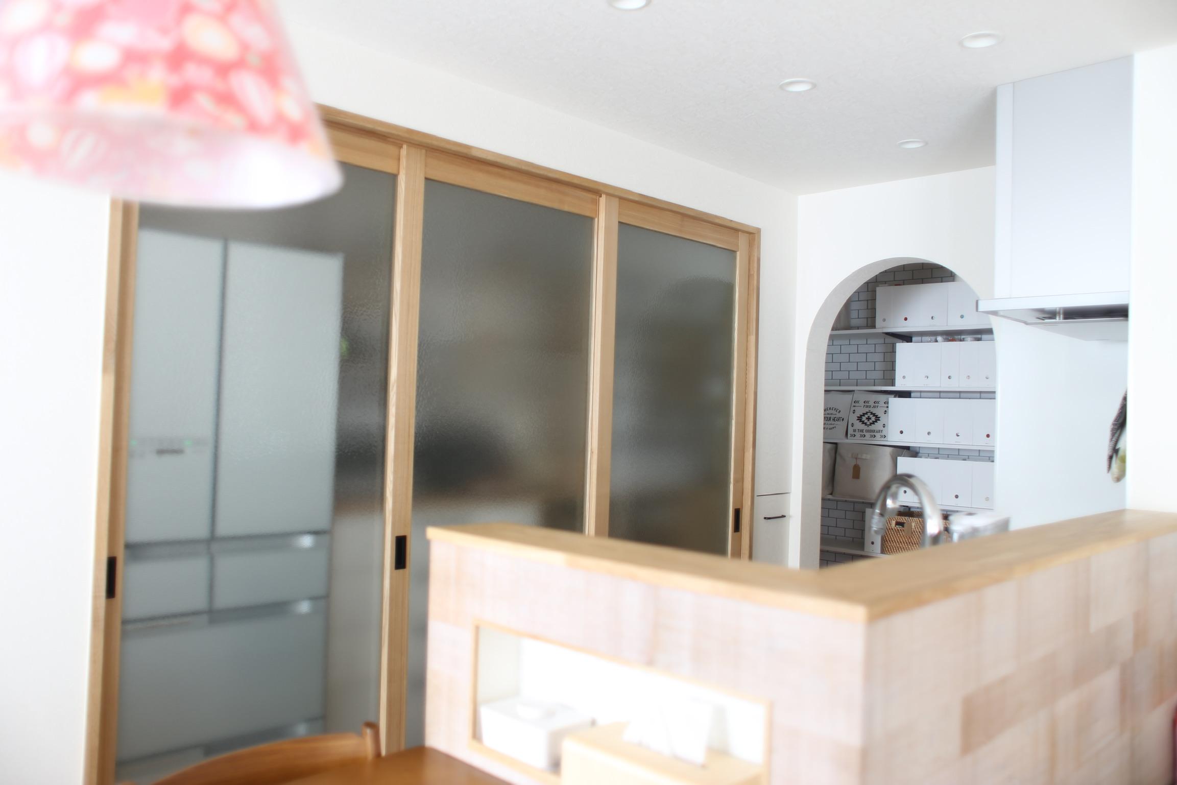 《web内覧会2019》キッチン背面収納1 引き戸で隠す収納/少し重たい造作引き戸